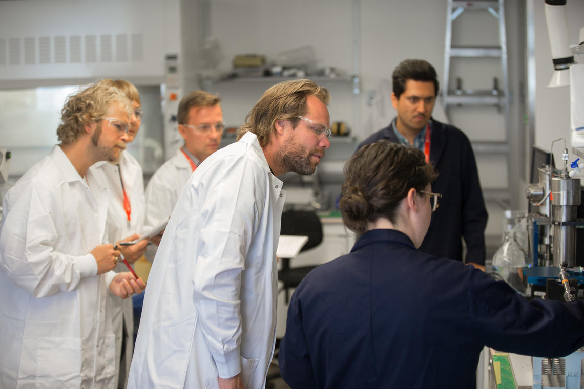 NTNU researchers observe UCalgary researchers injecting magnetic nanoparticles in porous media and measuring the magnetic susceptibility of nanoparticles.
