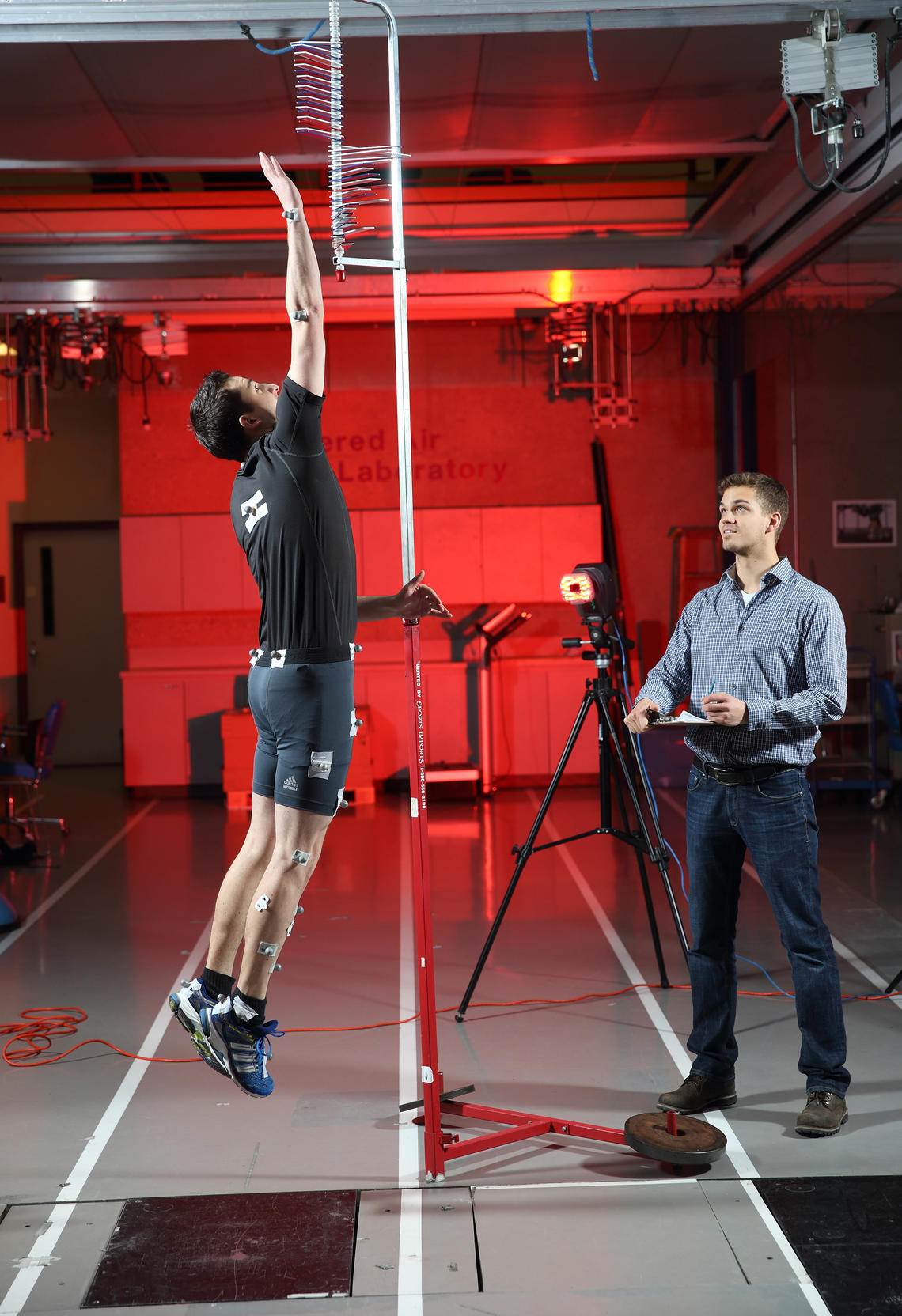 Maurice Mohr's doctoral thesis investigated the long-term consequences of a sport-related knee injury. Here, he tests the subject's jump height while recording his lower body movement via 3D motion capture.