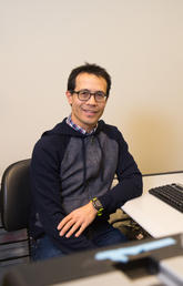 Dr. Bryan Yipp, assistant professor in the Department of Critical Care Medicine, and the associate director of the Leaders in Medicine program, is investigating the mechanisms of lung pulmonary inflammation. Photo by Riley Brandt, University of Calgary